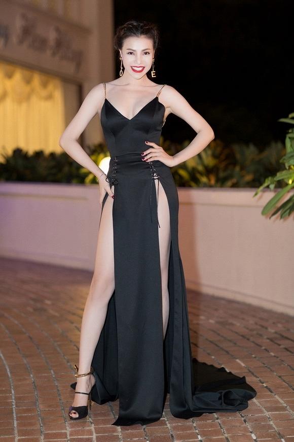 Việc Trà Ngọc Hằng diện lại bộ trang phục có thiết kế tương tự dù đàn chị từng bị chỉ trích khiến khán giả cho rằng nữ người mẫu dường như đang phớt lờ dư luận.