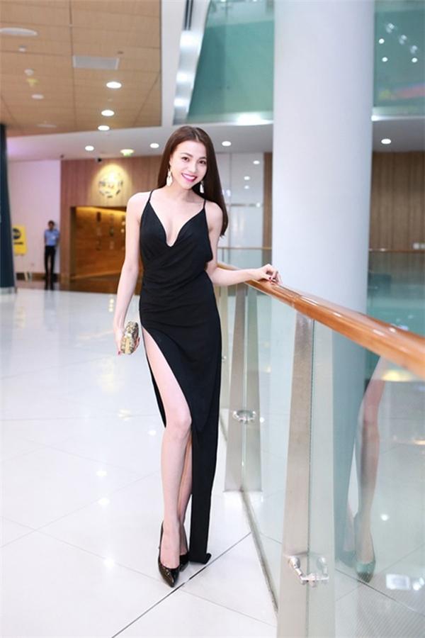 """Cách đây khá lâu, Trà Ngọc Hằng cũng từng khiến người đối diện """"thót tim"""" với bộ váy đen có đường xẻ lệch 1 bên sâu hun hút."""