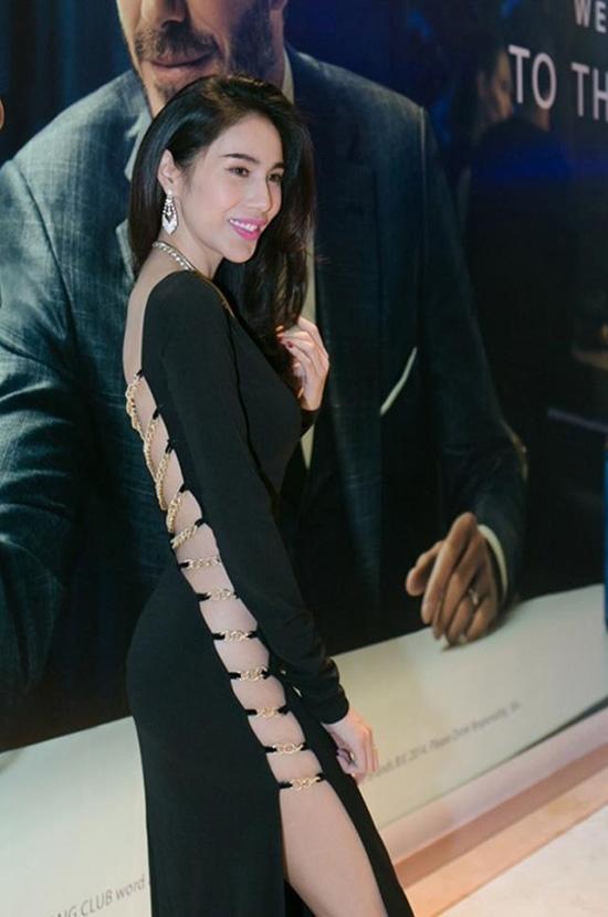 """Bà xãCông Vinhkhiến không khí thảm đỏ một sự kiện """"hot"""" hơn hẳn với chiếc váy đen kết hợp những sợi nối mỏng manh màu vàng ánh kim."""