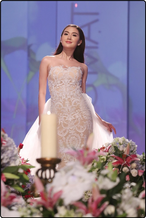 Các thí sinh trình diễn trang phục dạ hội của Chung Thanh Phong.