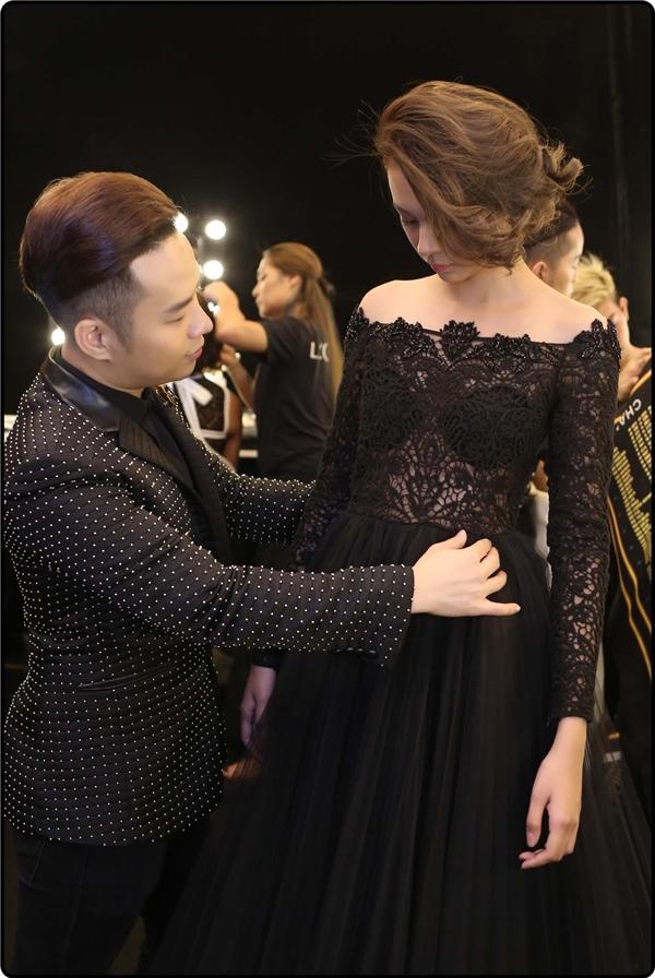 Ngay từ trong hậu trường Chung Thanh Phong đã tự tay chọn và tư vấn những chiếc váy ren phù hợp với từng cá tính thời trang cho 10 thí sinh. Chỉ với hai gam màu đen trắng tương phản cũng đã đủ để giúp các thí sinh lột tả được phong cách của mình.
