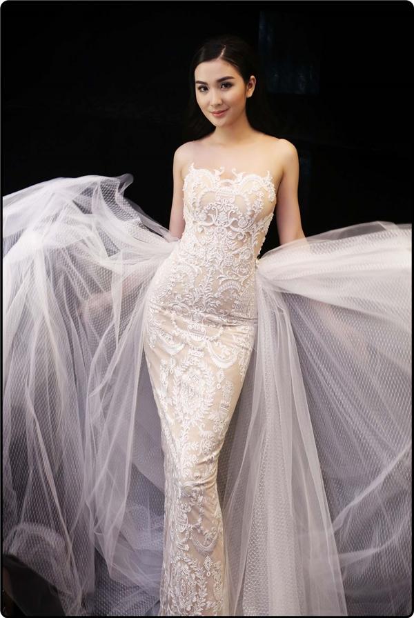 Chung Thanh Phong đã thành công khi khai thác tối đa vẻ đẹp hình thể của người mặc qua những sáng tạo đậm chất tối giản như áo dây phom cúp ngực, chân váy bút chì gợi cảm, đầm suông thanh lịch…