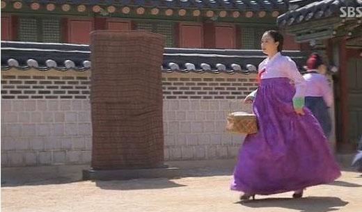 """Kim Tae Hee để lại nhiều dấu ấn đặc biệt trong dòng phim cổ trang, đặc biệt là """"Tình sử Jang Ok Jung"""". Tuy nhiên, ở nhiều phân cảnh cô lại mắc lỗi cực kì ngớ ngẩn với đôi giày cao gót, đồ vật phải đến hàngtrăm năm sau mới xuất hiện."""