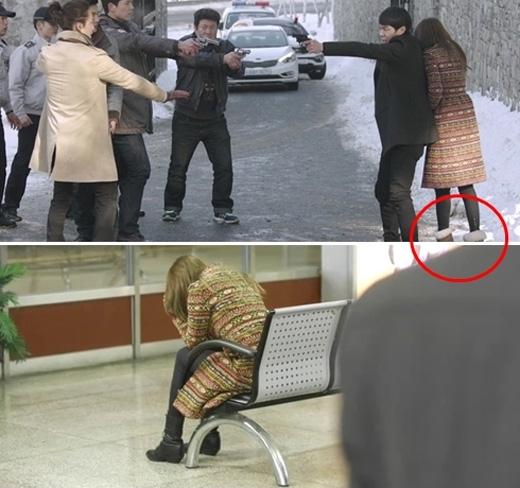 """Trong tập 17 """"Missing you"""", trước khi bị Harryvu vạ tội giết người, Soo Yeon (Yoon Eun Hye) diện một đôi bốt đen. Song lúc bị cảnh sát vây bắt và nép sau sự che chở của Jung Woo, cô nànglại đi đôi bốt có màu hoàn toàn khác."""