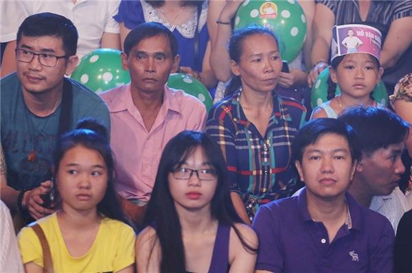 Trên khán đài, ba mẹ Hồ Văn Cường cũng có mặt để cổ cũ cho con trai. - Tin sao Viet - Tin tuc sao Viet - Scandal sao Viet - Tin tuc cua Sao - Tin cua Sao