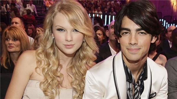 """Taylor đã """"đá"""" Joe qua điện thoại."""