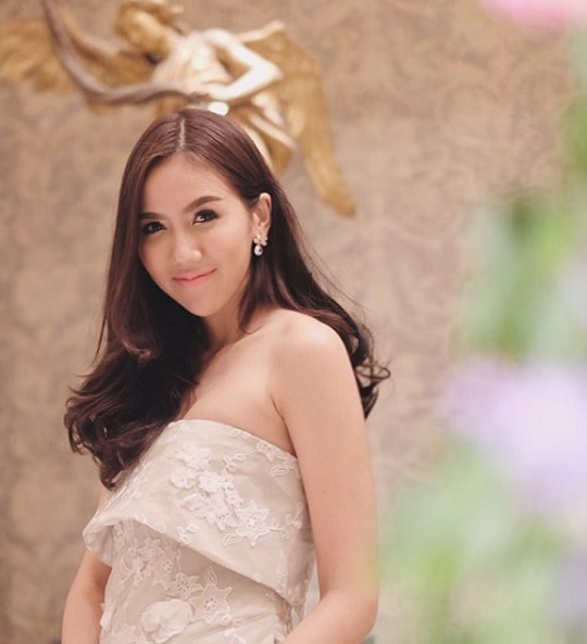Fuang vừa là ca sĩ, diễn viên và người mẫu nổi tiếng tại Thái Lan.