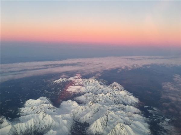 Màu hoàng hôn ảo diệu trên đỉnh Tatra.(Ảnh: Business Insider)