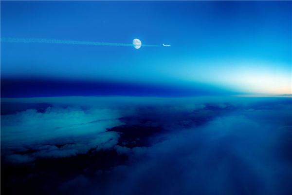 Ở biên giới Đức – Thụy Sĩ, bạn có thể ngắm hiện tượng ranh giới ngày và đêm đầy kì thú này. Khoảng không gian sáng rực ở bên phải là thời điểm cuối ngày, còn bên trái chính là ban đêm.(Ảnh: Business Insider)