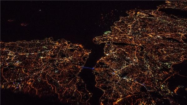 Eo biển Bosporus và thành phố Istanbul về đêm.(Ảnh: Business Insider)