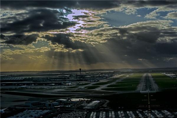 Những tia sáng len lỏi qua tầng mây dày, tạo nên cảnh quan kì thú cho sân bay London Heathrow.(Ảnh: Business Insider)