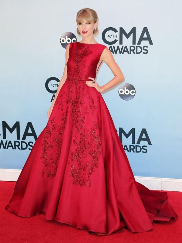 Tuy nhiên, bộ váy lại có phom dáng cùng cách xử lí họa tiết, chất liệu khá giống với thiết kế nằm trong bộ sưu tập cao cấp của nhà mốt danh tiếng Elie Saab. Nữ ca sĩ Taylor Swift từng diện bộ váy này xuất hiện trên một thảm đỏ danh giá.