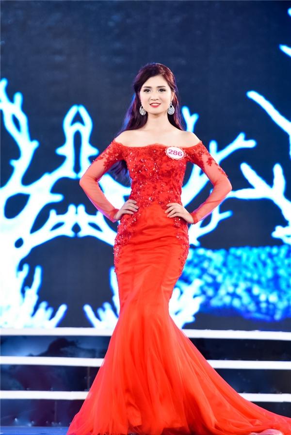 Sắc đỏ cũng là lựa chọn của Trần Huyền Trang đến từ Quảng Ninh. Phom váy đuôi cá giúp thể hiện vẻ ngoài kiêu sa, quyến rũ cho cô gái này.