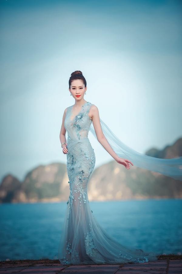 Thiết kếváy dạ hội đuôi caôm sát của NTK Hoàng Hải giúp Thu Thảokhoe khéothân hình mảnh mai nhưng không kém phần quyến rũ.