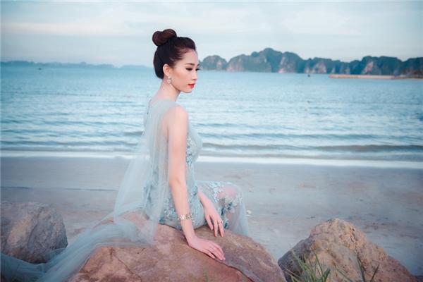 """Nẵm giữ vị trí """"cầm cân nảy mực"""" tại Hoa hậu Việt Nam 2016, tìm ra người xứng đáng cho ngôi vị cao nhất giữa một """"rừng"""" nhan sắc xinh đẹp, tươi trẻ đối với Thu Thảo không phải điều dễ dàng. Tuy nhiên người đẹp cho biết sẽ công tâm hết sức để tìm ra cô gái có đủ khả năng đại diện cho cả đất nước Việt nam."""