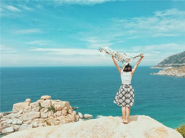 Từ ngọn hải đăng nhìn xuống, cảnh sắc thiên nhiên còn đẹp hơn bội phần.(Ảnh: Travel Foody)