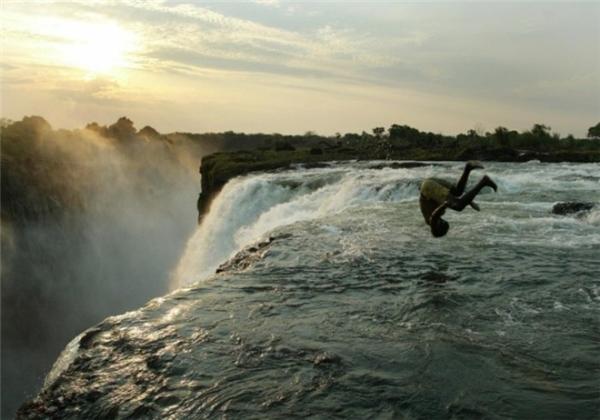 Khi nước từ thác Victoria đổ xuống giữa biên giới 2 đấtnước và dâng lên ở mức độ nhất định, các du khách ưa thám hiểm được phép đến đây bơi lội, mặc dù nơi đây dễ xảy ra tai nạn chết người nếu trượt ngã từ độ cao 108 m.