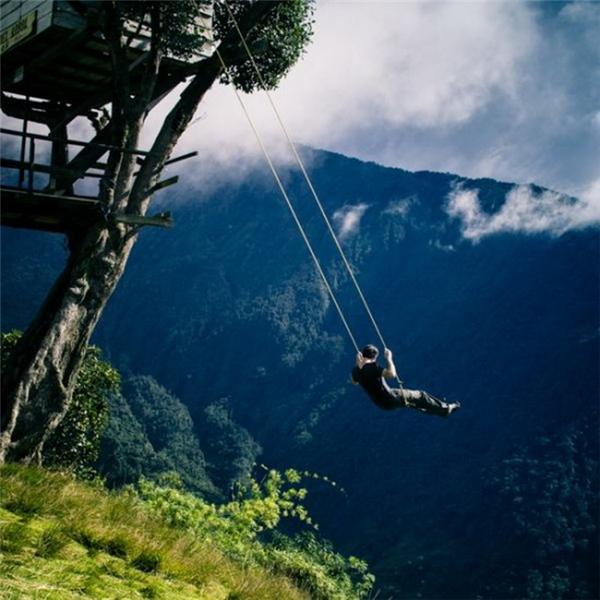 Chiếc chòi cao ở đây thực ra là một trạm trắc địa chân để quan sát núi lửa Mount Tungurahua gần đó. Một chiếc xích đu được treo ngay cạnh, cho du khách cảm giác thót tim khi đu đưa trên miệng khe núi sâu hun hút.