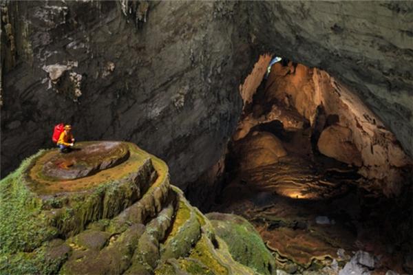 Được phát hiện lần đầu vào năm 1991, đây là hang động rộng lớn và kìvĩ nhất thế giới. Việc chinh phục hang Sơn Đoòng không dành cho đại đa số du khách, do yêu cầu nghiêm ngặt về sức khỏe. Sơn Đoòng là tuyến du lịch mạo hiểm cấp độ 6, với mức độ khó rất cao.