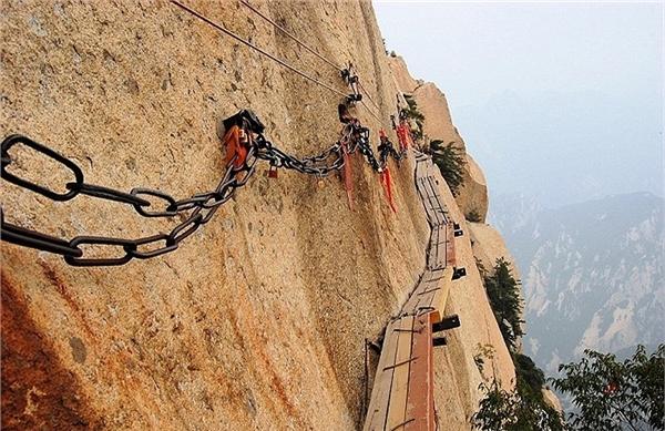 Đây là một trong những con đường nguy hiểm nhất thế giới, làm bằng vài miếng ván ọp ẹp ghép lại và gắn vào vách đá. Con đường lên núi nổi tiếng được xây dựng vào thế kỉ3-4 sau Công Nguyên dưới triều nhà Đường.