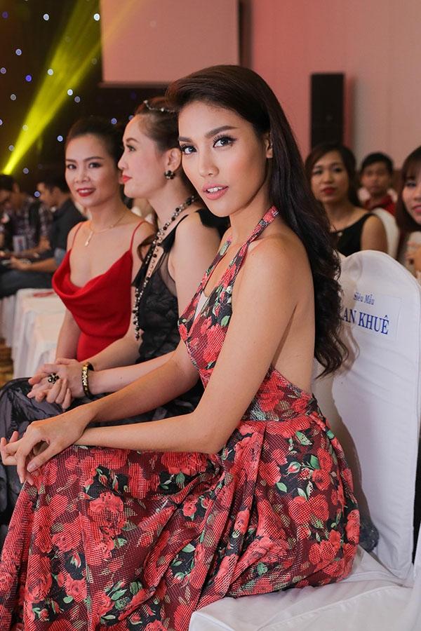 Top 11 Hoa hậu Thế giới 2015 diện váy với điểm nhấn ở phần lưng xẻ sâu hút kết hợp loạt họa tiết hoa lá nổi bật, cầu kì. Lan Khuê khiến các vị khách có mặt trong buổi tiệc không thể rời mắt bởi vẻ ngoài quyến rũ, gợi cảm.