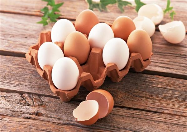 Trứng gà màu trắng có khác với trứng gà màu nâu không?