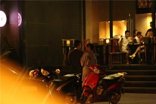 Trấn Thành và Hari Won tay trong tay ngay sau màn cầu hôn lãng mạn tối ngày 12/07. - Tin sao Viet - Tin tuc sao Viet - Scandal sao Viet - Tin tuc cua Sao - Tin cua Sao