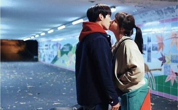 Nụ hôn đầu thường đan xennhiều cảm xúc bối rối, ngại ngùng. (Ảnh minh họa)