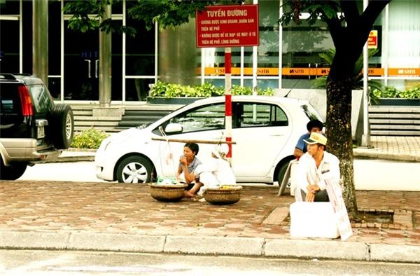 Cấm kinh doanh buôn bán trên hè phố. Không để xe trên lòng đường. Nhưng ở đây hội tụ đủ cả nhé. (Ảnh: Internet)