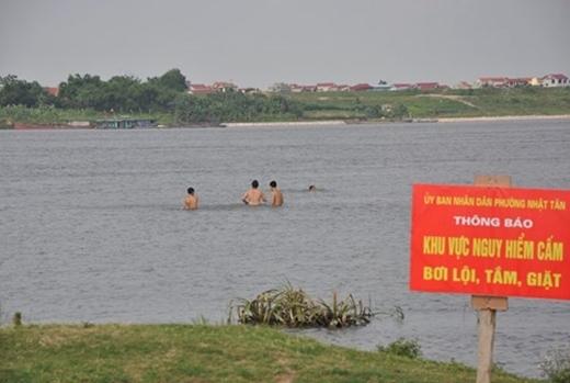 Chúng tôi thấy vẫn an toàn nên vẫn cứ bơi thôi.(Ảnh: Internet)