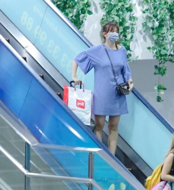 Màn cầu hôn có phần đột ngột và bất ngờ này cùng hình ảnh Hari Won xuất hiện tại sân bay sau chuyến lưu diễn từ Mỹ, mặc chiếc váy rộng thùng thình cùng đôi giày thể thao thấp đã dấy lên nghi án nữ ca sĩ đang mang thai. - Tin sao Viet - Tin tuc sao Viet - Scandal sao Viet - Tin tuc cua Sao - Tin cua Sao