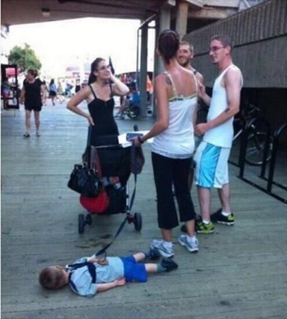 """Khi mẹ vô tình gặp bạn bè trên phố, bạn biết rằng mình sẽ thầm ca bài: """"Đợi chờ là hạnh phúc"""". (Ảnh: Internet)"""