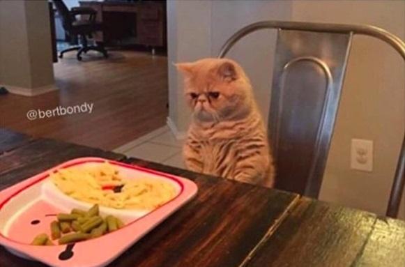 Đồ ăn đã dọn sẵn nhưng mẹ bảo tui phải chờ cả nhà cùng ăn. (Ảnh: Internet)