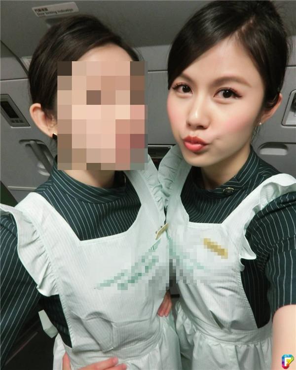 Trong trang phục tiếp viên hàng không trông cô nàng cực kì ngọt ngào.