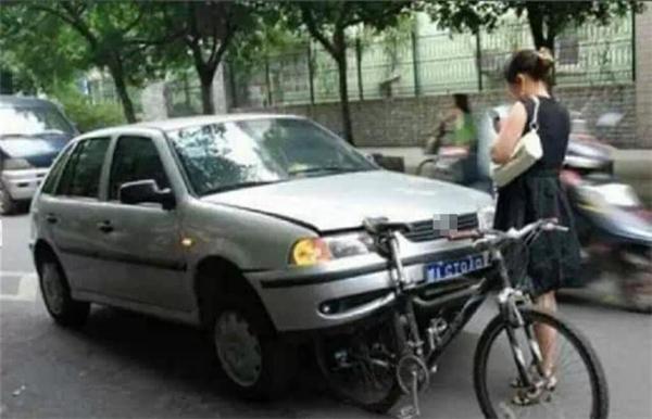"""Chiếc xe đạp """"thần thánh"""" dù bị xe hơi tông vẫn không hề hấn gì."""
