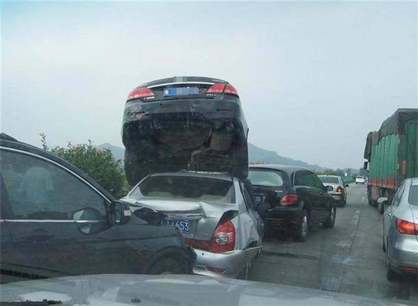 Chiếc xe hơi ấy ảo tưởng rằng mình đang đóng phim hành động Hollywood hay sao ấy nhỉ?