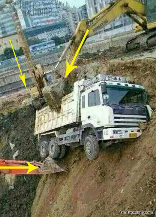 """Chiếc xe tải may mắn được đến 3 anh cần cẩu đỡ lấy, không thì """"đời em cũng tàn"""" mấtthôi."""