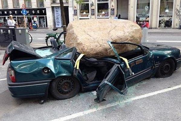 Giữa khu trung tâm mua sắm sầm uất mà bay từ đâu đến tảng đá to khủng khiếp như vậy chứ?