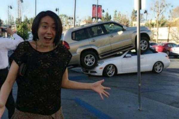 """Cảnh tượng các xe giành nhau chỗ đậu """"tàn khốc""""."""