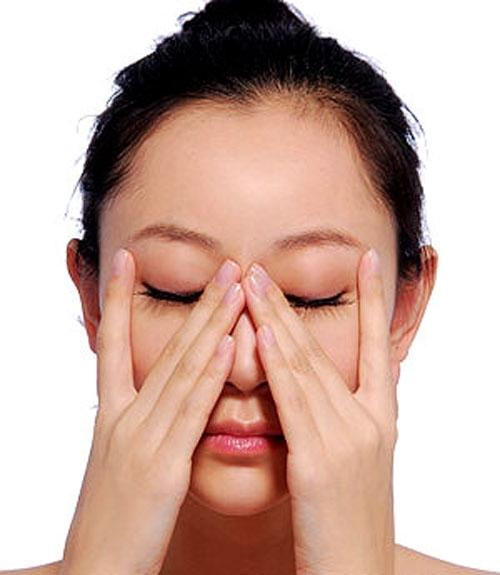 Nhắm mắt vài phút giúp mắt được điều tiết, tránh mệt mỏi.