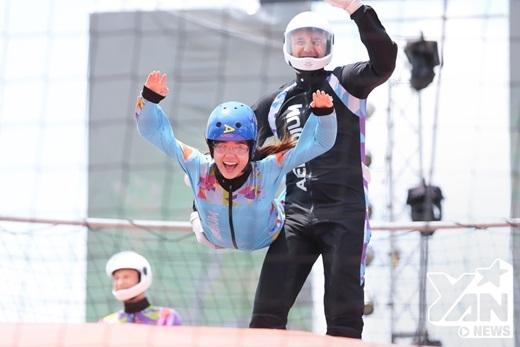 """Hari Won tỏ ra vô cùng """"phấn khích"""" khi tham gia những thử thách trước khi trải nghiệm cảm giác bay với Wind Tunel. - Tin sao Viet - Tin tuc sao Viet - Scandal sao Viet - Tin tuc cua Sao - Tin cua Sao"""