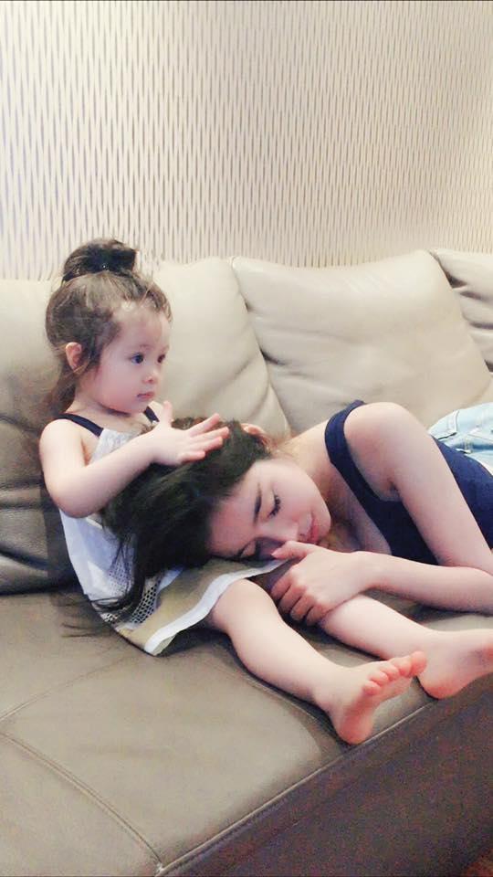 Tình cảm của hai mẹ con Elly Trầncùng sự đáng yêu, hiểu chuyện của bé Cadie khiến người hâm mộ luôn dành cho gia đình nhỏ của nữ diễn viên xinh đẹp nhiều sự quan tâm đặc biệt. - Tin sao Viet - Tin tuc sao Viet - Scandal sao Viet - Tin tuc cua Sao - Tin cua Sao