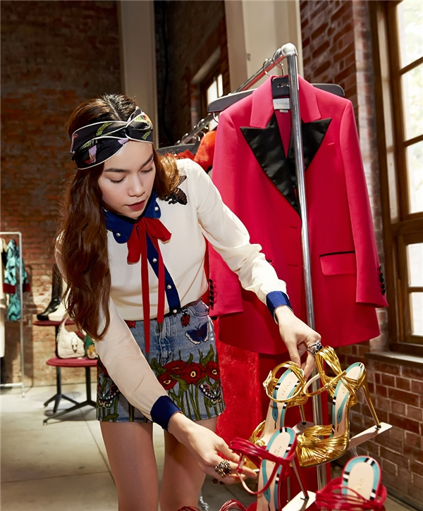 Không những khiến thí sinh tâm phục, khẩu phục bằng tài ăn nói Hồ Ngọc Hà còn khiến mọi người xung quanh ngưỡng mộ bởi gu thời trang đẳng cấp.