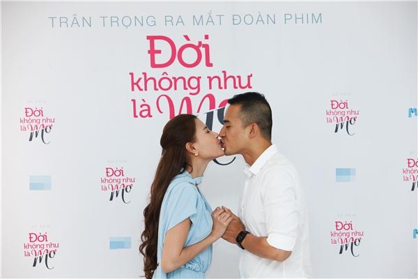 """Thúy Diễm bất ngờ """"khóa môi"""" Lương Thế Thành giữa buổi ra mắt khiến nhiều quan khách """"mắt tròn mắt dẹt"""" ngắm nhìn."""