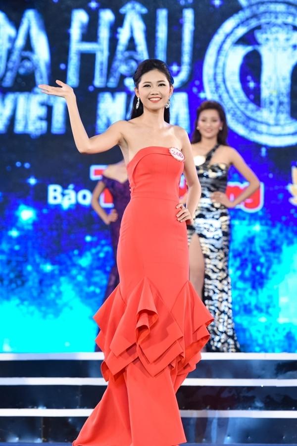 Ngô Thanh Thanh TúSBD 246 - thí sinh cao nhất cuộc thi với chiều cao 1m80.