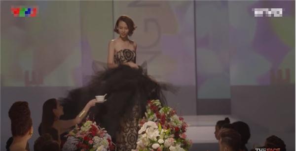 Bộ váy của Phí Phương Anh cũng không hề kém cạnh với phần đuôi phồng xòe phủ bàn tiệc. Nhưng cô gái này lại được đánh giá khá cao mặc dù không ít lần va chạm với các vật dụng.