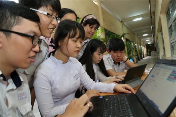 Học sinh lớp 12 Trường THPT Lương Văn Can (Q.8, TP.HCM) thi tại cụm thi Trường ĐH Sư phạm TP.HCM xem kết quả thi trên Tuổi Trẻ Online chiều 19/7. (Ảnh: Như Hùng)
