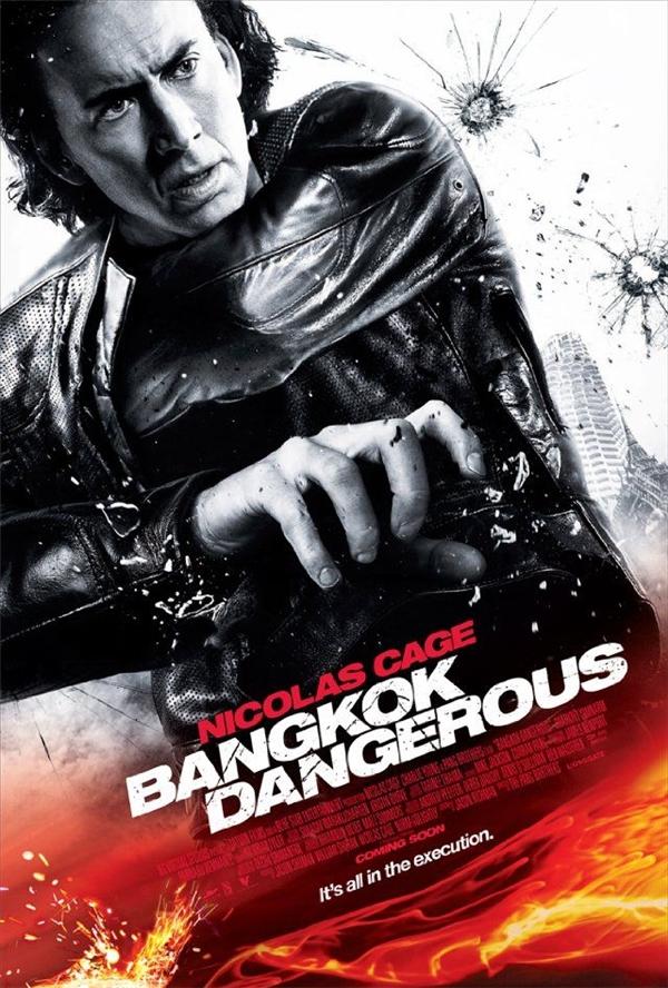 Bangkok Dangerous (2008): Tay phải của Nicolas Cage đang cầm cái gì thế? Tay trái của anh thò vào túi áo để làm gì? Cái túi đó trông có vẻ quá sâu so với quy định.