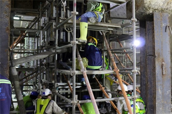 Bên dưới hầm B1, các công nhân đang lắp dàn thép. (Ảnh: internet)