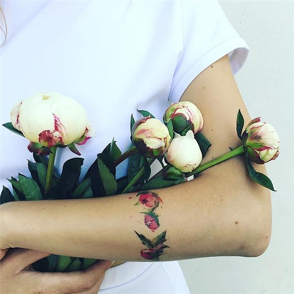 Hoa, lá được xăm tỉ mỉ đến từng chi tiết.